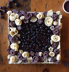 Blueberry Tart with Blueberry Pastry Roses, Unbaked Blueberry Tart with Blueberry Pastry Roses, Unba Blueberry Pastry Recipe, Pie Dessert, Dessert Recipes, Just Desserts, Delicious Desserts, Pie Crust Designs, Pies Art, Pie Crust Recipes, Pie Crusts