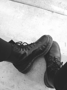 I'm inlove with Doc Martens. my new obsession. Sock Shoes, Cute Shoes, Me Too Shoes, Shoe Boots, Ankle Boots, Hipster Rock, Dr. Martens, Moda Punk, Grunge Outfits
