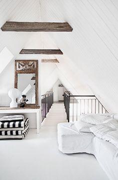 Wit is een makkelijke basis voor je interieur, het staat fris, koel en je kunt er alle kanten mee...