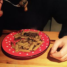 This looks brown and sludgy but is actually lush. Venison and mushroom ragu drizzled with rosemary infused rapeseed oil from Chiltern Cold Pressed. The venison and oil both from @stokeyfa  #venison #chilterncoldpressedrapeseedoil #foodassembly #whatsfordinner #yummers #kitchenprovisions