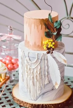 Bohemian wedding cakes should effectively complete your holiday and put a bright dot in it. Flowers, feathers, greens and other details of this style are perfect for decoration. #wedding #bride #weddingcake #bohemianweddingcakes