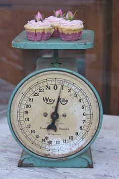 love vintage scales - especially those with cupcakes!