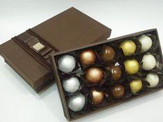 Mais uma opção de presente da Louzieh Doces.     Caixa de Madeira com 15 doces de brigadeiros metalizados.            Prata - brigadeiro ...
