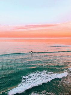 Pretty sunset on the beach. Pink orange sunset over a green turquoise ocean. Beach Aesthetic, Photo Wall Collage, Photo Instagram, Aesthetic Wallpapers, Aesthetic Pictures, Summer Vibes, Summer Sunset, Summer Beach, Nature Photography