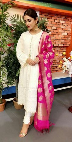 What kind of outfit to wea. Pakistani Dress Design, Pakistani Outfits, Indian Outfits, Party Wear Indian Dresses, Dress Indian Style, Casual Indian Fashion, India Fashion, Pakistan Fashion, Indian Attire