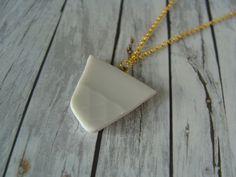 Ketten kurz - Kette geschliffene Porzellanscherbe gold weiß - ein Designerstück von buntezeiten bei DaWanda