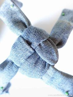 Make no-sew recycled denim dog toys out of old jeans! It's easy, fast and free! These heavy duty recycled denim dog toys are great as chewing dog toy, to play fetch and tug-of-war. Diy Dog Toys, Best Dog Toys, Homemade Dog Toys, Dog Training Methods, Basic Dog Training, Training Dogs, Puppy Obedience Training, Dog Clothes Patterns, Toy Puppies
