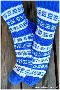 Sinivalkoiset körttisukat - Sohvaneulomo Crochet Socks, Knitting Socks, Knitting Needles, Wool Socks, Slouchy Hat, Fair Isle Knitting, Sweater Weather, Leg Warmers, Mittens