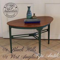 Fed teak sofabord med stel malet i mix af Black Hills og Vert Anglais, lige dele. Autentico kalkmaling