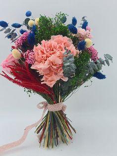 Marzo y vamos a hablar de las hortensias para los ramos de novia | Flores Akita Malva, Akita, Floral Wreath, Wreaths, Crystal Vase, Design Styles, Floral Decorations, Pop Of Color, Hydrangeas