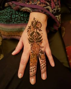 Mum is heading to a wedding in a couple of days and actually requested mehndi for once instead me having to force her. Finger Mehendi Designs, Henna Art Designs, Tatoo Designs, Wedding Mehndi Designs, Mehndi Designs For Fingers, Beautiful Henna Designs, Latest Mehndi Designs, Fingers Design, Beautiful Toes