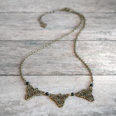 Vendu - Collier triskels et perles en agate noire sur fine chaîne couleur bronze - collier perles fines - collier ethnique