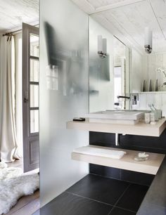 A sample of warm bathroom. Covered with white wood ceiling, translucent glass as partition, soft wool carpet perfect match with the surrounding warm aroma. A little part of black ceramic highlights the corner.
