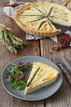 Spargeltarte mit Ziegenkäse und getrockneten Tomaten // asparagus and goat cheese tarte with dried tomatoes // Sweets & Lifestyle®️️️️ Asparagus Tart, Asparagus Recipe, Quiches, Goat Cheese Recipes, Tart Collections, Cheese Tarts, Tasty, Yummy Food, Dried Tomatoes