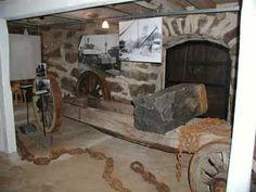 I Stenmuséet i Vilshult informeras om stenbrytning (diabas) i Vilshultstrakten.   Muséet är inrymt i en 63 meter lång stenbyggnad. En yttre del som bl a visar bilder från den lokala brytningen från början av 1900-talet är alltid tillgänglig. I de inre rummen finns olika stenverktyg, maskiner och andra föremål samt bilder om stenbrytning.   Det finns också filmvisning.  Öppethållande under 2016:  Fredagar, lördagar och söndagar under tiden 8 juli – 14 augusti kl 13.00-16.00