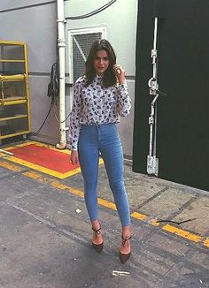 """De uns tempos para cá, Bruna Marquezine vem se tornando """"queridinha"""" no mundo da moda - e o resultado é que a famosa reinventou seu estilo e vem desfilando looks de dar inveja. Separamos X deles para você se inspirar (e desejar muito!)Leia também:5 tendências de moda dos anos 90 que voltaram com tudo em 20157 look"""