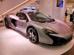 Des voitures de luxe dans un shopping center de Bangkok
