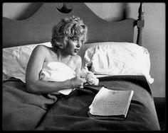 """1952 / Marilyn dans sa chambre d'hôtel à Ontario alors qu'elle tourne le film """"Niagara"""", sous l'objectif de Jock CARROLL."""