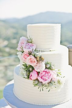 Pretty wedding cake: http://www.stylemepretty.com/2015/03/25/malibu-mountaintop-vineyard-wedding/ | Photography: Onelove - http://www.onelove-photo.com/