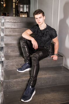 Guys in leather pants : Photo