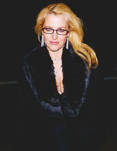 It seems like she won't look older after all these years. She's still a very gorgeous woman and one of my all time favorite actresses😍 Gillian Anderson, Charles Finch, Manequin, Fbi Special Agent, Tatiana Maslany, Popular Series, Dana Scully, Galo, Actresses