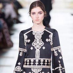 Tory Burch empodera a la mujer a través de diseños que buscan un equilibrio entre lo femenino y masculino de la colección #FW17. #NYFW #HarpersBazaarMx #ThinkingFashion #BazaarFashionWeek #BazaarMx  via HARPER'S BAZAAR MEXICO MAGAZINE OFFICIAL INSTAGRAM - Fashion Campaigns  Haute Couture  Advertising  Editorial Photography  Magazine Cover Designs  Supermodels  Runway Models