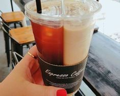Discovered by cinderelamodernizada. Find images and videos on We Heart It - the app to get lost in what you love. Yummy Drinks, Yummy Food, Bubble Tea Shop, Food Places, Cafe Food, Milk Tea, Food Packaging, Aesthetic Food, Food Cravings
