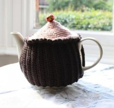 Free Pattern – Cupcake Teacosy A quick little pattern to keep you teapot cosy.  This cosy uses DK yarn, 4mm hook and some small seed beads Download the free pattern here