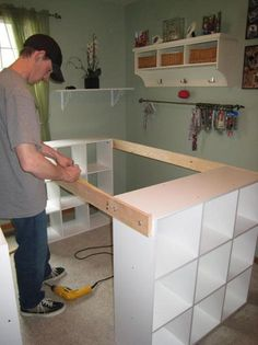 He links 3 IKEA shelves together to create something essential in every room. – Decoration – Tips and Crafts He links 3 IKEA shelves together to create something essential in every room. – Decoration – Tips and Crafts Craft Desk, Craft Room Storage, Craft Organization, Craft Room Tables, Diy Crafts Desk, Diy Storage Desk, Craft Room Shelves, Basement Craft Rooms, Kids Craft Tables