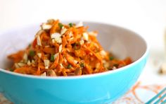 Carrot Salad with Turmeric Sauce. Creamy Turmeric Sauce that is perfect over spiralized carrots with a sprinkle of chopped almonds. Sauce Recipes, Vegan Recipes, Vegan Food, Free Recipes, Carrot Noodles, Fresh Turmeric, Carrot Salad, Beet Salad, Raw Almonds