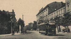 """Najstarsza linia tramwaju elektrycznego przy ulicy Królewskiej. Po lewej widoczny fragment """"Zachęty"""", a po prawej nieistniejące już dziś kamienice z XIX wieku, w tym charakterystyczna kamienica Lesslów."""