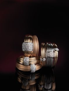 Polished gold wires create delicate and marvellous shapes and give harmony to its volumes.