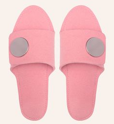 My Slip-in in pale pink. Slip-in made of 100% wool with a rubber texture on the sole and metal button closure.