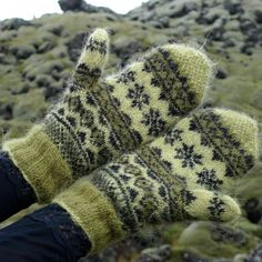 Ravelry: Mosi mittens pattern by Hélène Magnússon — lapaset Fair Isle Knitting, Lace Knitting, Knitting Socks, Knitting Patterns, Mittens Pattern, Knit Mittens, Knitted Gloves, Ravelry, Fingerless Mitts