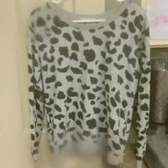 Print sweatshirt with pockets! Cute animal print, the pockets are really handy Forever 21 Tops Sweatshirts & Hoodies