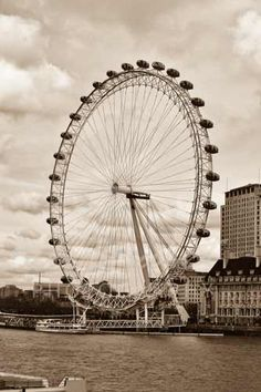 The London Eye makes a great 'O' and can be found in our collection at www.AlphabetPhotography.com. #alphabetphotography #londoneye #letterart