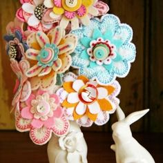 A great tutorial on how to make felt flowers to use in bouquets, ornamental displays, brooches and decorative pieces for purses etc