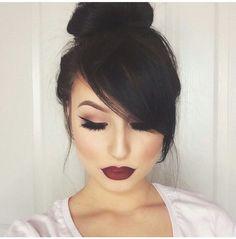 Delineador perfeito, amei! Maquiagem com delineado de gatinho e batom vermelho/vinho.