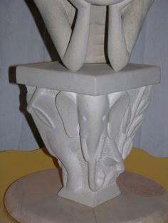 """Support en pierre de la sculpture """"le singe"""". Hauteur 28 centimètres"""