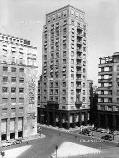 """piazza San Babila, accanto al palazzo delle assicurazione del Toro, svetta la torre voluta dalla Snia-Viscosa. Fu costruita nel 1937 su progetto dell'architetto Alessandro Rimini, nell'ambito del vasto progetto di """"ricostruzione"""" che subì la piazza durante il fascismo."""