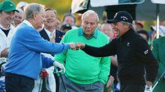Die Golf-Legenden Jack Nicklaus (l.) und Gary Player begrüßen sich beim Masters in Augusta cool mit der Faust. Arnold Palmer (M.) schaut interessiert zu