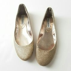 Gold Glitter Steve Madden Flats *Good Condition *Some wear visible when inspected some glitter at edges rubbing off *comfy shoes Size 6.5  Please feel free to ask questions Steve Madden Shoes Flats & Loafers
