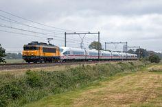De 1738 komt met defect ICE3M stel 4682 door de Eempolder richting Amsterdam, 18 juni 2016