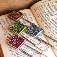 segnalibro in ceramica o fimo diy - Handmade Ceramic Quilt Bookmarks Ceramics Projects, Polymer Clay Projects, Clay Crafts, Ceramic Jewelry, Ceramic Clay, Clay Jewelry, Ceramic Bowls, Slab Pottery, Ceramic Pottery
