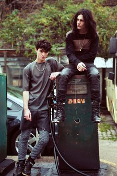 neo grunge boys, goth, androgynous, would like to point out the tights under the shorts and how much I enjoy that idea. Neo Grunge, Grunge Style, Grunge Boy, Soft Grunge, Fashion Male, Look Fashion, Mens Fashion, Mens Grunge Fashion, Fashion Vest