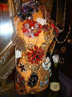 At Flea Market To Fabulous, we carry a large selection of high-quality antique and vintage costume jewelry! Stop by the corner of Spring and Lawrence in Springfield, Illinois to see our collection today!