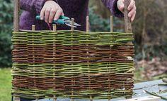 Aus Weidenruten und Haselnuss-Stecken kann man eine tolle Beeteinfassung flechten. Hier zeigen wir Ihnen, wie Sie beim Basteln des kleinen Flechtzauns am besten vorgehen.
