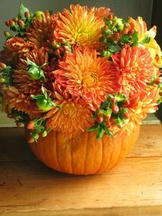 Fancy Fall Table Centerpiece Idea With Beautiful Sun Flowers Arrangements On DIY Pumpkin Vase a part of Endearing Fall Dining Table Decoration With Beautiful Autumn Leaves Centerpiece On Glass Vase under Decorations Pumpkin Arrangements, Fall Flower Arrangements, Pumpkin Centerpieces, Thanksgiving Centerpieces, Thanksgiving Table, Centerpiece Ideas, Table Centerpieces, Dahlia Centerpiece, Vase Ideas