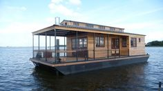 What is it about a boat house that captivates and insires out immagination so greatly? Pontoon Houseboat, Houseboat Living, Pontoon Boats, Floating Architecture, Sustainable Architecture, Shanty Boat, Water House, Boat Interior, Floating House