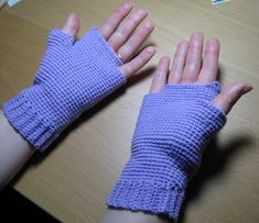 How to make your own gloves, mittens, fingerless gloves, wrist warmers, arm warmers etc Fingerless Gloves Crochet Pattern, Fingerless Gloves Knitted, Mittens Pattern, Crochet Hats, Crochet Arm Warmers, Wrist Warmers, Hand Warmers, Finger Crochet, Crochet Stitches